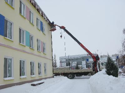 Территории образовательных организаций очищаются от снега
